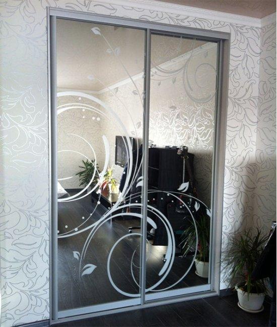 Двери-купе для встроенного шкафа с пескоструйным рисунком