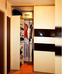 Двери в узкую гардеробную