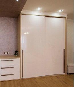 Шкаф в прихожую белый глянец