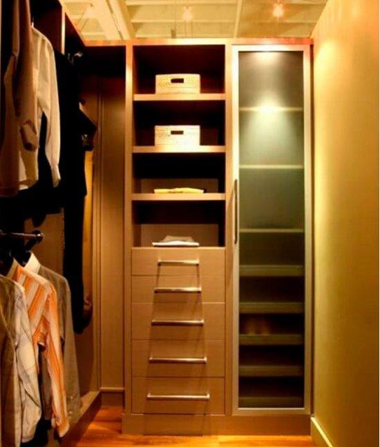 Небольшой гардеробный шкаф