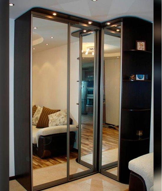 Зеркальный угловой шкаф купе в гостиную