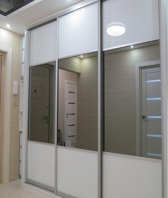Встроенный белый шкаф купе с зеркалом
