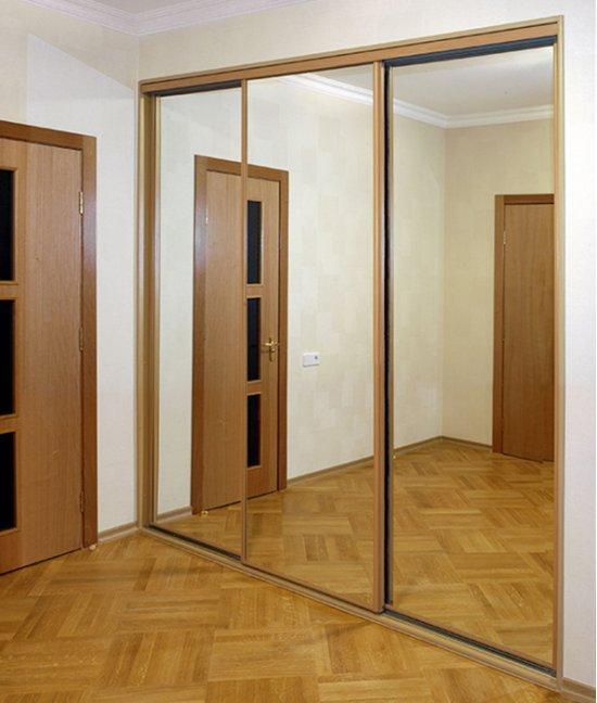 Встроенный шкаф в прихожую с зеркалом
