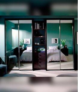 Два шкафа купе в спальне