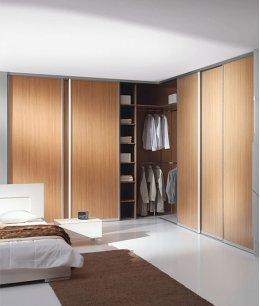 Большой угловой шкаф купе в спальне